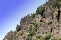Erozí a větráním vznikají na středohorských kopcích bizarní tvary. Zde na Zlatníku