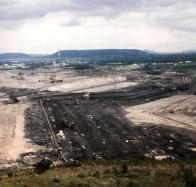 Mocnost uhelné sloje v hnědouhelné pánvi dosahuje až 30 metrů