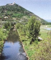 Tok řeky Bíliny, v úseku Mostu pod Hněvínem, je veden po vnitřní výsypce bývalého lomu Ležáky