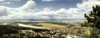 Pohled z Mosteckého Hněvína, přes vodní plochu Matylda. Petrochemický komplex v Záluží až po sídelní aglomeraci Litvínova a Meziboří