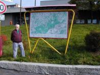 Jaroslav RICHTER jakožto výtvarník, stojí před svým dílem - rámem pro turistické mapy