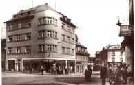 Nároží s ulicí Valdštejnskou