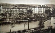 Budovy školy v popředí Schulteich