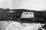 Dům č.p. 167 v ulici Ke Střelnici, v jihozápadní části se zřejmě těžil písek