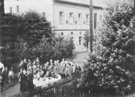 Sammlung der Turnerinnen und Turner am Kriegerdenkmal Shromáždění turnerek a turnerů u válečného pomníku v roce 1930