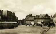 I autobusovou zastávku pamatuje náměstí po válce