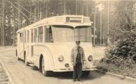 Trolejbus (na snímku na otočce u Koldomu) jezdil do konce 50. let až do Souše. Snímek poskytla paní Zlatka Štajmarková