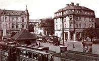 Valdštejnské náměstí z r. 1912.Malinko jiné než ta barevná co tu už je. Vlevo vpředu vozy malodráhy. Vlevo vzadu honosný dům. č. p. 524 po přestavbě z r .1906. Byla zde umístěna mimo jiné i lékárna U Huberta. Vpravo vepředu dům č.p. 307 . Průhledem Školní ulicí pak budova školy č.p. 5.