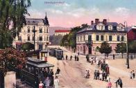 Valdštejnské náměstí na barevné fotografii r. 1912  Vlevo vpředu vozy malodráhy. Vlevo vzadu honosný dům. č. p. 524 po přestavbě z r .1906. Byla zde umístěna mimo jiné i lékárna U Huberta. Vpravo vepředu dům č.p. 307 . Průhledem Školní ulicí pak budova školy č.p. 5.