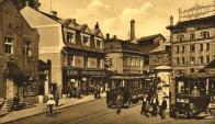 Západní strana Valdštejnského náměstí v r. 1930 Vlevo Bio Invalidů č.p. 588. Dodnes stojící dům, stejně tak jako č.p. 575. Za ním č.p. 206 už neexistuje. Část domu vpravo zatím neidentifikována.