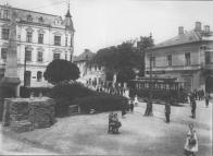 Severovýchodní část Valdštejnského náměstí po roce 1906  Vlevo vpředu obelisk  postavený v roce 1815, sto let po vzniku první textilní manufaktury. Za ním dům čp.524 s lékárnou U Huberta. Vpravo vpředu  čp.307 postavený r. 1882. Za ním pak domy čp. 6 a 7