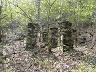 Kamenné základy, pro dřevěné konstrukce stavební lanovky, nechali stavitelé na místě, zřejmě na památku. Stav 2009
