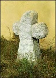 Číslo v centrálním registru: 0227 Datum: 28. 09. 2004 Rozměry: 94 x 70 x 20 cm Popis: kamenný kříž se zakulacenými rameny a nesymetrickou hlavou. Stanoviště: kříž stojí v lapidáriu drobných památek u kostela společně s 0741 a 0742. Přesun: dříve stával na katastru města Mostu.