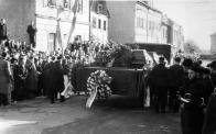 Z pohřbu-horníci ve slavnostních uniformách (ještě s německými doplňky)