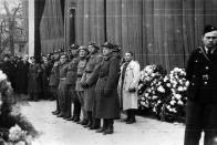 Čestná stráž legionářů, zleva ruské, anglické uniformy z druhé války, pozemské jednotky, ruské, francouské a francouzské a ruské uniformy.