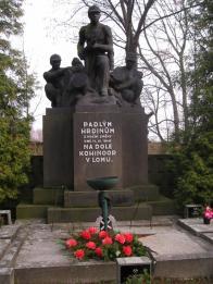 Výbuch na hlubinném hnědouhelném dole Kohinoor 14. listopadu 1946 krátce po čtvrté hodině ráno v hloubce 429 metrů způsobil výron zemních plynů, exploze usmrtila 52 horníků. Tehdejší československá vláda jim nechala vypravit státní pohřeb, později byl na hřbitově vybudován rozsáhlý pomník nad společným hrobem obětem katastrofy. V roce 2006 byla provedena celková rekonstrukce.  Pomník je na seznamu kulturních památek ČR.
