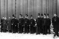 Horníci ve slavnostních uniformách s hornickými sekyrkami