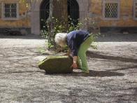 Kámen po vyložení na nádvoří litvínovského zámku.